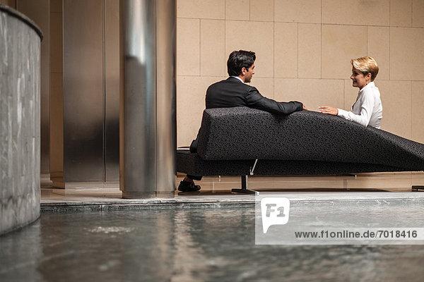 Geschäftsleute sprechen auf dem Sofa in der Lobby