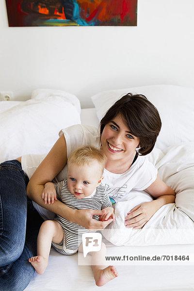 Mutter und Baby entspannen sich auf der Couch