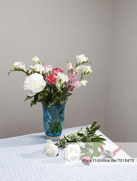 Schnittblumen mit Blumenstrauß in Vase
