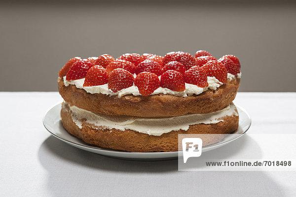 Schichtkuchen mit Sahne und Erdbeeren