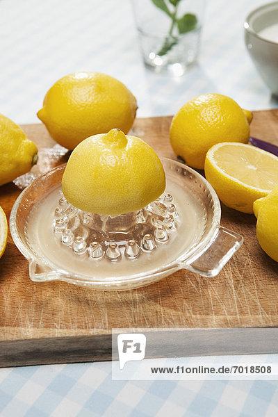 Zitronen  Zitrone und Krug Wasser
