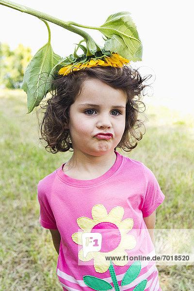 Mädchen mit Wildblumen auf dem Kopf