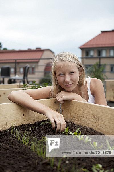 Teenagermädchen beim Sämlingsanbau