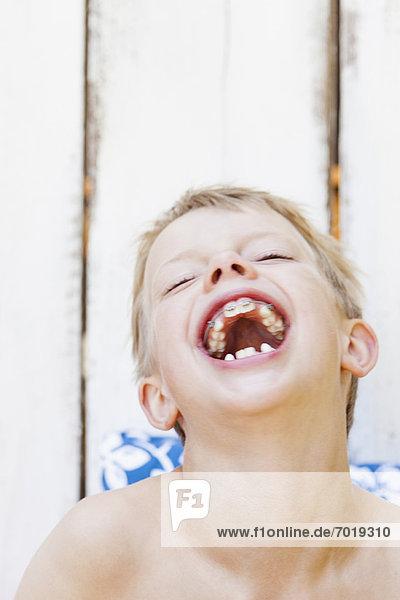 Nahaufnahme des Jungen mit Zahnspange lachend