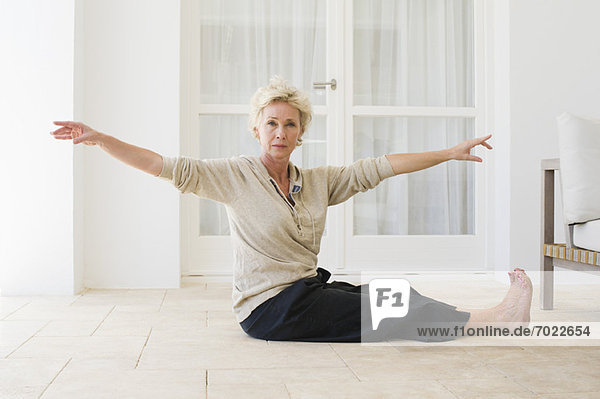 Frau  Boden  Fußboden  Fußböden  üben  reifer Erwachsene  reife Erwachsene  Yoga