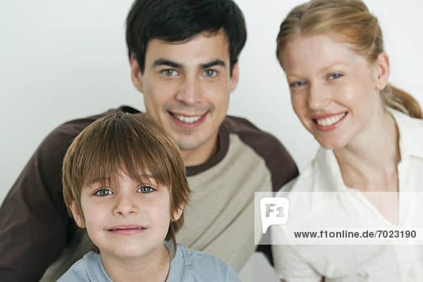 Junge mit Eltern  Fokus auf Vordergrund