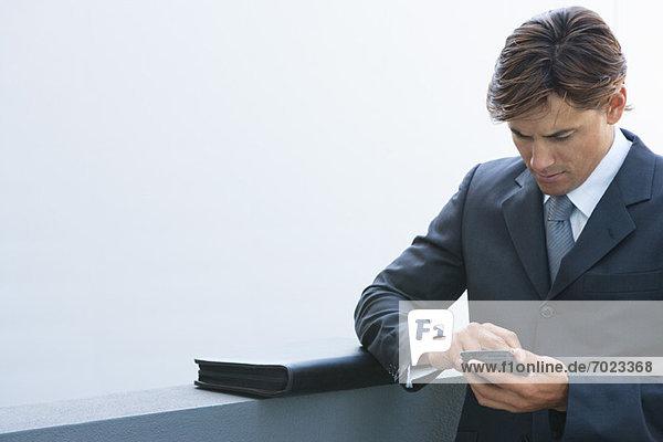 Geschäftsmann SMS mit Handy