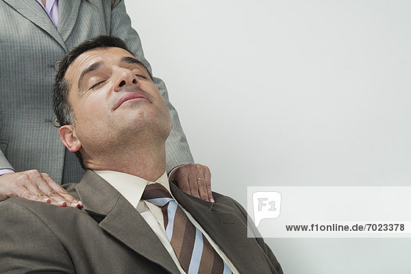 reifer Geschäftsmann mit massierten Schultern