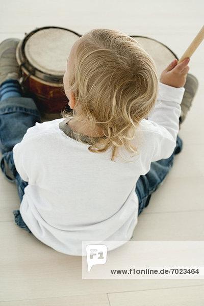 Baby Boy beim Schlagzeug spielen  Rückansicht