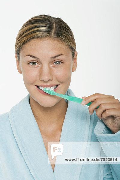 Junge Frau beim Zähneputzen