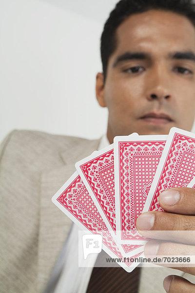 Mann spielt Kartenspiel