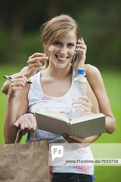 Junge Frau Multitasking