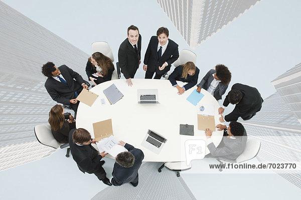 Geschäftsleute treffen sich auf dem überlagerten Bild von Wolkenkratzern