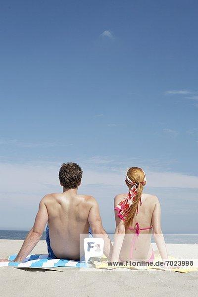 sitzend  sehen  Strand  Rückansicht  Ansicht  jung