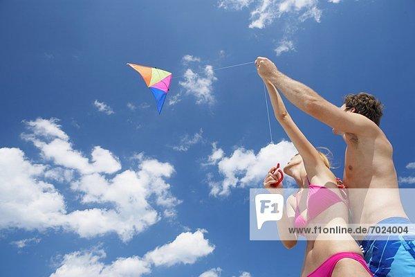 niedrig  fliegen  fliegt  fliegend  Flug  Flüge  Ansicht  jung  Flachwinkelansicht  Winkel