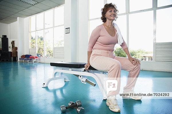sitzend  Portrait  Frau  üben  Sitzbank  Bank  reifer Erwachsene  reife Erwachsene