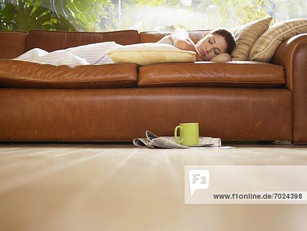 niedrig junge Frau junge Frauen Couch schlafen Ansicht Flachwinkelansicht Winkel