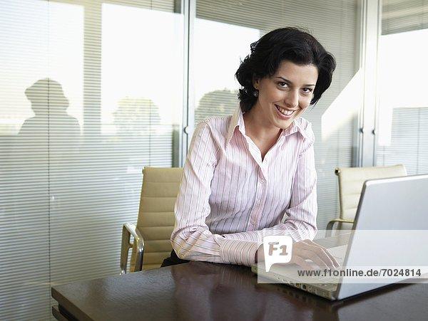 benutzen  Portrait  Geschäftsfrau  Computer  Notebook  jung