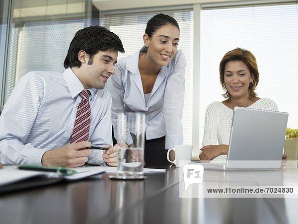 benutzen  Computer  Notebook  Wirtschaftsperson  Besuch  Treffen  trifft