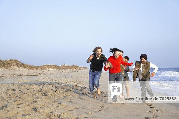 Mensch  5  Menschen  Strand  rennen  Football