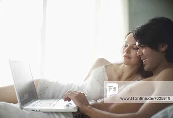 benutzen  Computer  Notebook  Bett  jung