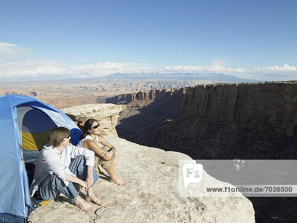 Vereinigte Staaten von Amerika  USA  Erhöhte Ansicht  Aufsicht  sitzend  Steilküste  Zelt  jung  Moab  Utah