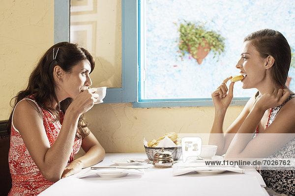 Frau  Restaurant  2  trinken  essen  essend  isst