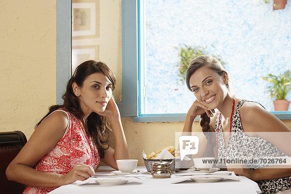 Portrait  Frau  am Tisch essen  Restaurant  2  Tisch