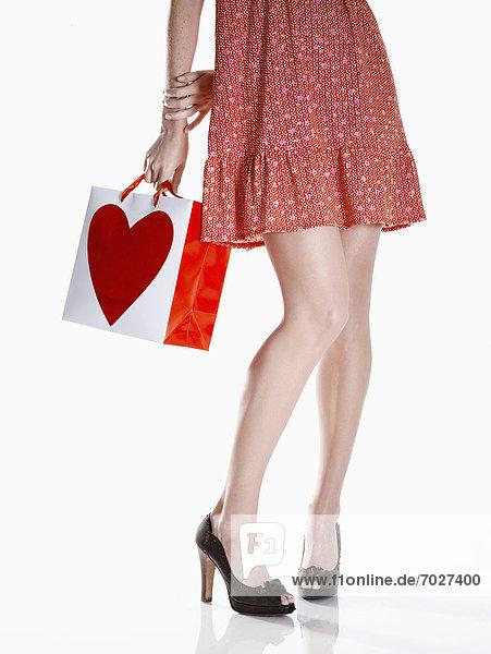 niedrig  Anschnitt  Frau  Tasche  halten  kaufen  rot  jung  Kleid