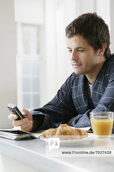 Handy  benutzen  Mann  Mittelpunkt  Tisch  Erwachsener  Frühstück