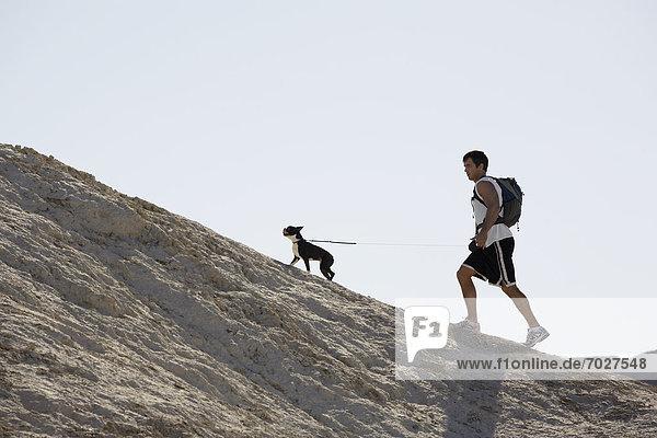 Mann  Hügel  Hund  wandern
