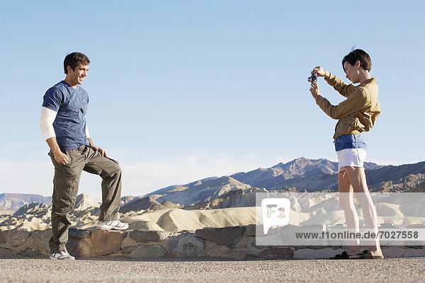 Vereinigte Staaten von Amerika USA Steinmauer Frau Mann Wüste fotografieren Death Valley Nationalpark Kalifornien