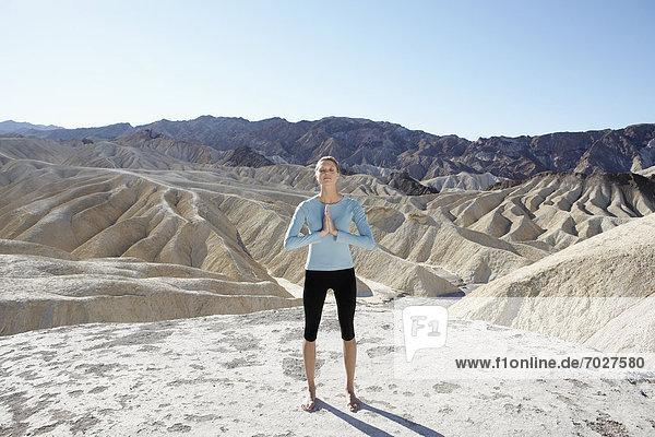 Vereinigte Staaten von Amerika USA Frau Wüste jung Yoga Death Valley Nationalpark Kalifornien