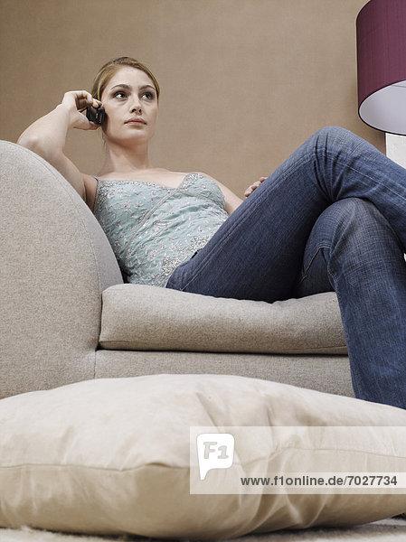 Handy  niedrig  Frau  Couch  Ansicht  jung  Flachwinkelansicht  Winkel