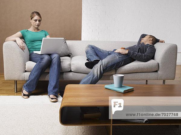 benutzen  Frau  Notebook  Couch  jung