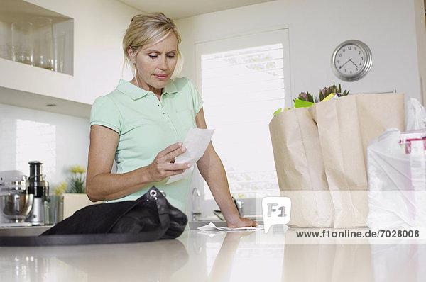 niedrig Frau Prüfung Küche reifer Erwachsene reife Erwachsene Quittung Ansicht Flachwinkelansicht Winkel