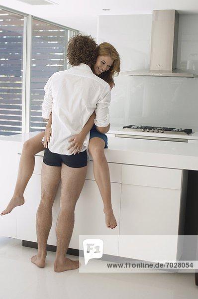 Junges paar umarmen in Küche