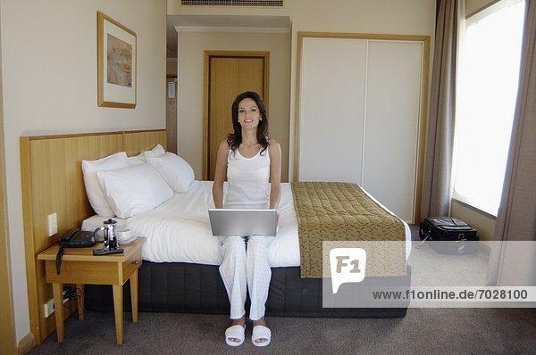 Frau  Notebook  Zimmer  Hotel  Mittelpunkt  Erwachsener