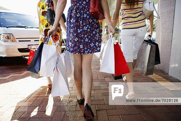 Unterer Ausschnitt  Jugendlicher  tragen  Tasche  kaufen  Rückansicht  Ansicht  Mädchen