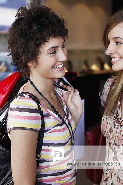 Jugendlicher  sprechen  Tasche  kaufen  Mädchen