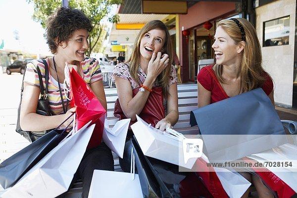 Jugendlicher  Tasche  kaufen  3  Mädchen