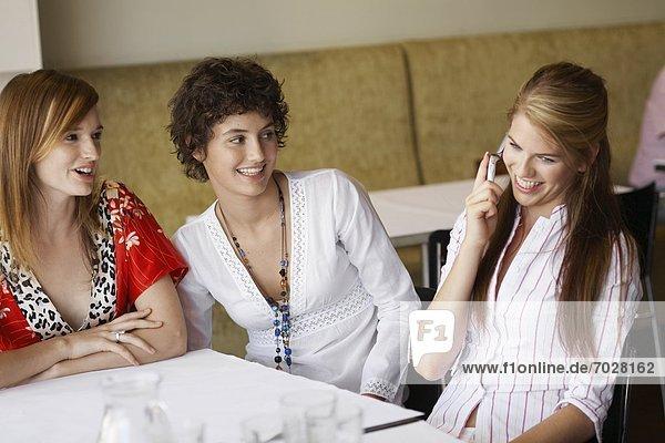 Handy  Jugendlicher  Cafe  3  Mädchen