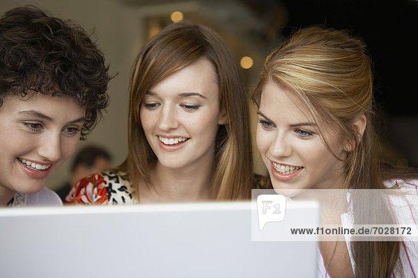 benutzen  Jugendlicher  Notebook  3  Mädchen