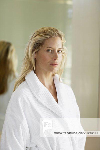 anziehen  Portrait  Frau  Kleid  Mittelpunkt  Erwachsener