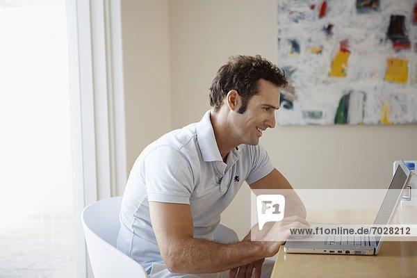 Mitte Erwachsenen Mann mit laptop