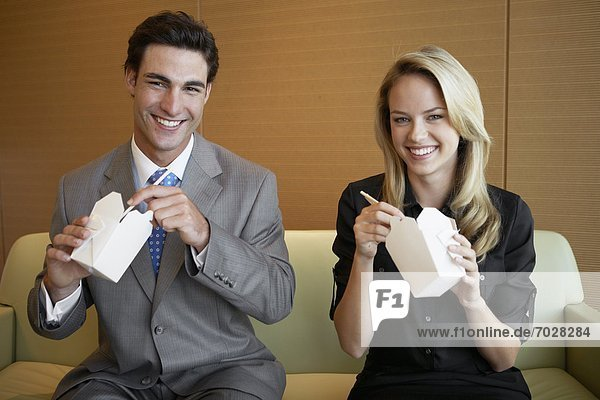 Geschäftsfrau  Geschäftsmann  Lebensmittel  ausführen  essen  essend  isst