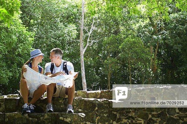 Landkarte  Karte  Ruine  Mittelpunkt  Erwachsener  vorlesen