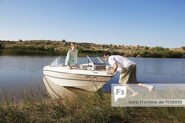 Mann  schieben  See  jung  Motorboot