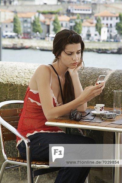 Frau  Text  Kurznachricht  jung  Cafe