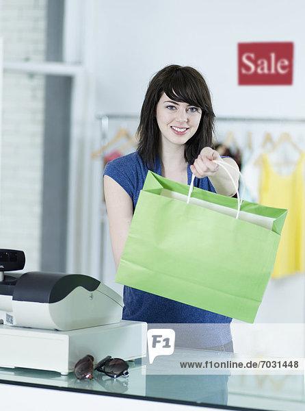 Frau  Kleidung  Tasche  kaufen  Laden  jung